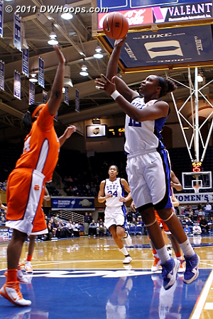 Chelsea Gray's first hoop made it a 9-2 Duke lead.