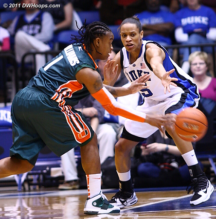 Riquna Williams sneaks an entry pass past Jasmine Thomas  - Duke Tags: #5 Jasmine Thomas 