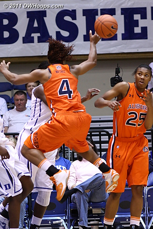 Parrisha Simmons (4) dumps off to Jassany Williams (25) who doesn't seem so sure about it.